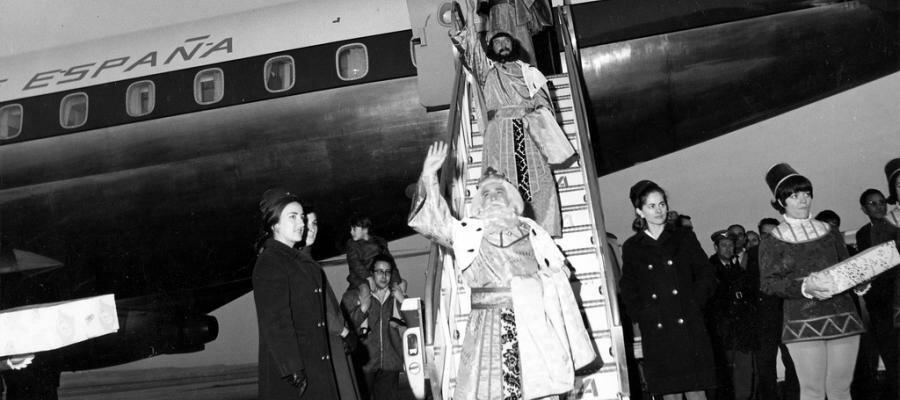 Imagen de los Reyes Magos bajando de un avión