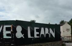 Muro con la frase Live & Learn