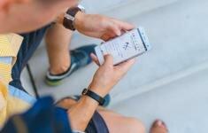 Imagen de un hombre mirando un móvil